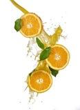 Frutta e spremuta arancioni di spruzzatura Fotografia Stock Libera da Diritti