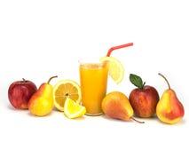 Frutta e succo isolati su fondo bianco Fotografie Stock