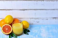 Frutta e succo sulla tavola Immagini Stock