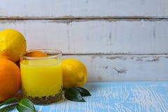 Frutta e succo sulla tavola Fotografia Stock Libera da Diritti