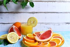 Frutta e succo sulla tavola Fotografie Stock Libere da Diritti