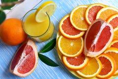 Frutta e succo sulla tavola Immagine Stock