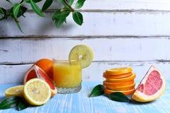 Frutta e succo sulla tavola Immagini Stock Libere da Diritti