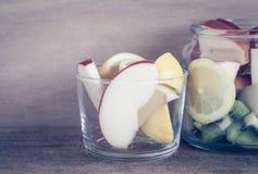Frutta e verdura in bottiglia di vetro fotografie stock