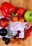 Frutta e verdure con il taccuino, il dimagramento e l'alimento sano Fotografia Stock