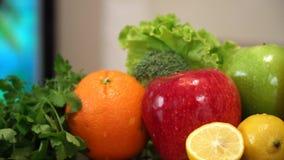 Frutta e verdure con succo stock footage