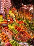 Frutta e verdure fresche alla stalla del mercato immagini stock libere da diritti