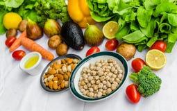 Frutta e verdure fresche, grani e dadi su un fondo bianco Fotografia Stock