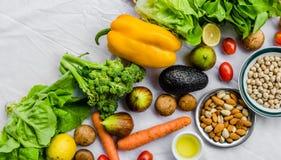 Frutta e verdure fresche, grani e dadi su un fondo bianco Fotografia Stock Libera da Diritti