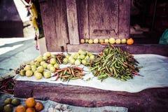 Frutta e verdure fresche nel mercato locale Immagini Stock Libere da Diritti