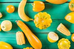 Frutta e verdure gialle su un fondo di legno del turchese Natura morta festiva variopinta Copyspace Zucca gialla, melone, limone Immagine Stock