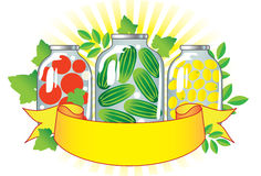 Frutta e verdure inscatolate in vasi di vetro. Immagini Stock