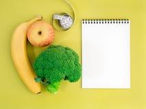 Frutta e verdure - mela, banana e broccoli su yel luminoso fotografia stock libera da diritti
