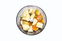 Frutta e verdure in miscelatore su fondo bianco Frullati in miscelatore della frutta e delle verdure su fondo bianco Immagini Stock