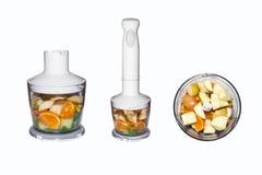 Frutta e verdure in miscelatore su fondo bianco Frullati in miscelatore della frutta e delle verdure su fondo bianco Fotografia Stock Libera da Diritti