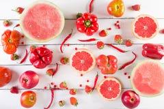 Frutta e verdure rosse su un bianco su un fondo di legno Fotografia Stock Libera da Diritti
