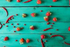 Frutta e verdure rosse su un turchese su un fondo di legno Natura morta festiva variopinta Immagine Stock