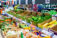Frutta e verdure sugli scaffali ad un supermercato Immagini Stock