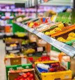 Frutta e verdure sugli scaffali ad un supermercato Immagine Stock Libera da Diritti
