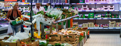 Frutta e verdure sugli scaffali ad un supermercato Fotografia Stock
