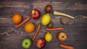 Frutta e verdure sulla tavola di legno - fermi il moto stock footage