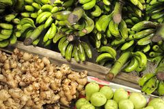 Frutta e verdure sulle stalle del mercato Immagine Stock Libera da Diritti