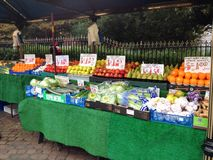 Frutta e verdure in un mercato degli agricoltori Fotografie Stock Libere da Diritti