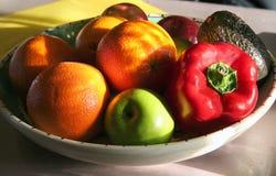 Frutta e verdure in una ciotola Fotografia Stock