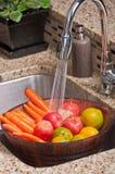 Frutta e verdure in una cucina moderna Immagine Stock