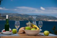 Frutta e vino con la vista Fotografia Stock