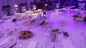 Frutta ed alimento sulla tavola di banchetto nel ristorante, pezzi di ananas e mazzi di uva sulla tavola di banchetto archivi video