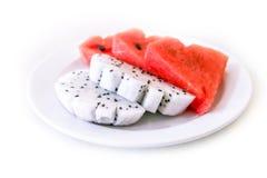 Frutta ed anguria del drago in piatto su fondo bianco Immagini Stock Libere da Diritti