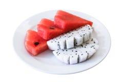 Frutta ed anguria del drago in piatto su fondo bianco Fotografia Stock Libera da Diritti