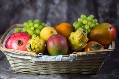 Frutta esotica, cachi, mango, pitahaja, melograno su un fondo bianco Fotografie Stock