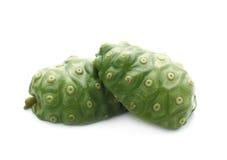 Frutta esotica - Noni isolato su fondo bianco Fotografia Stock