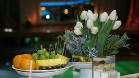 Frutta festiva della decorazione della tavola stock footage