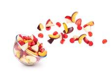 Frutta fresca che esce da una ciotola fotografia stock