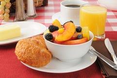 Frutta fresca con i croissants fotografia stock libera da diritti