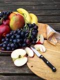 Frutta fresca con le mele e l'uva Fotografia Stock Libera da Diritti