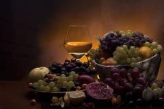 Frutta fresca con vetro di vino bianco Fotografia Stock Libera da Diritti