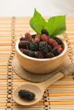 Frutta fresca del gelso in ciotola su fondo di legno Fotografia Stock