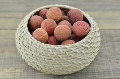 Frutta fresca del litchi in canestro di bambù su fondo di legno Fotografia Stock Libera da Diritti