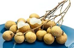 Frutta fresca del Longan sul piatto blu Immagine Stock Libera da Diritti