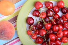frutta fresca del mandarino, della pesca e della ciliegia e bacche, alimento salutare di estate Fotografia Stock