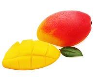 Frutta fresca del mango con il taglio e foglie verdi isolate sulle sedere bianche Immagine Stock Libera da Diritti