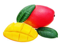 Frutta fresca del mango con le foglie di verde e del taglio isolate su bianco Immagini Stock