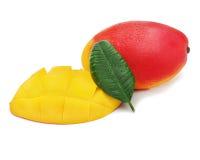 Frutta fresca del mango con le foglie di verde e del taglio isolate su bianco Immagine Stock