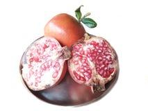 Frutta fresca del melograno isolata su fondo bianco immagini stock