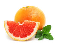 Frutta fresca del pompelmo con i fogli di verde e del taglio Fotografia Stock Libera da Diritti