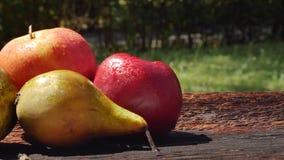 Frutta fresca deliziosa con le gocce di acqua all'aperto video d archivio